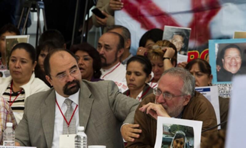 Sicilia (derecha) cuestionó a los cuatro candidatos presidenciales. (Foto: Notimex)