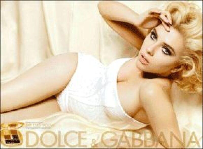En un nuevo promocional de la firma italiana Dolce & Gabbana, la actriz de 23 años posa de manera sexy.