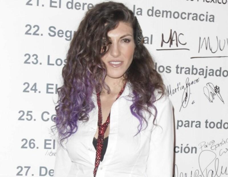 La intérprete confesó que al principio de su carrera le costo trabajo encontrar su propio estilo de voz, ya que era muy parecido al de su madre Amanda Miguel.