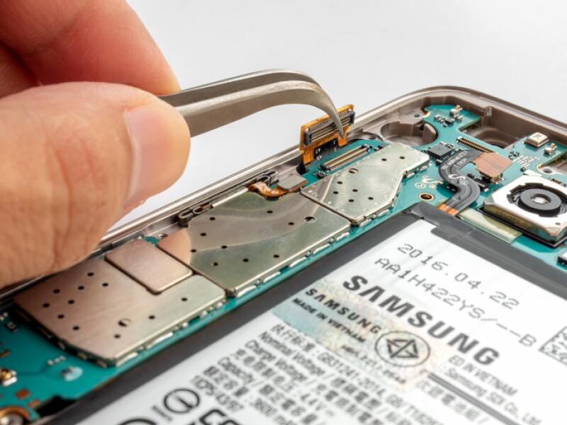 Cracked screen Samsung S7 edge smartphone