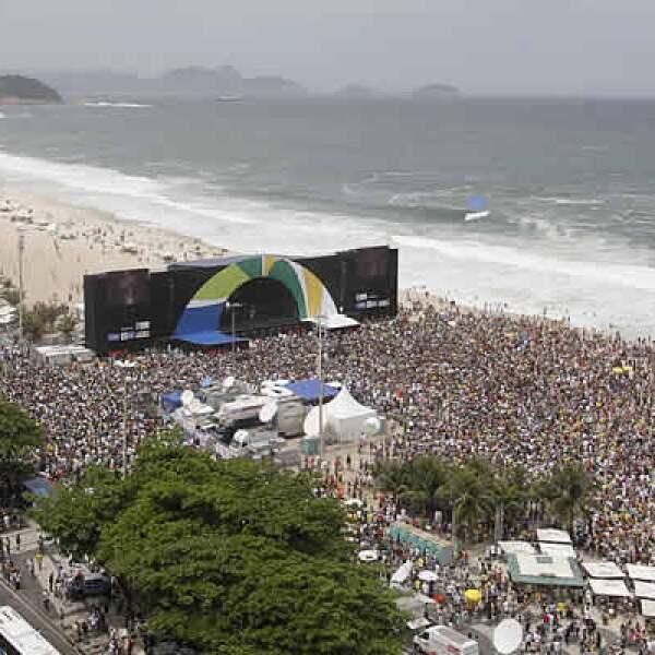 Miles de personas festejaron el viernes en la playa de Copacabana, a ritmo de samba y jugando con globos, que Brasil ganó la sede olímpica a Madrid, Chicago y Tokio.