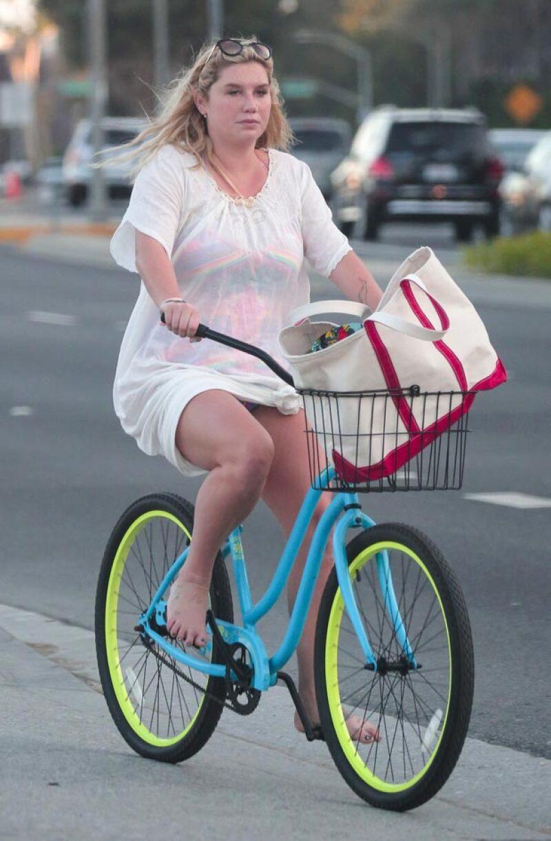 Una vez más, Kesha acaparó los reflectores al aparecer con kilos de más mientras paseaba en bicicleta por Los Ángeles, California.