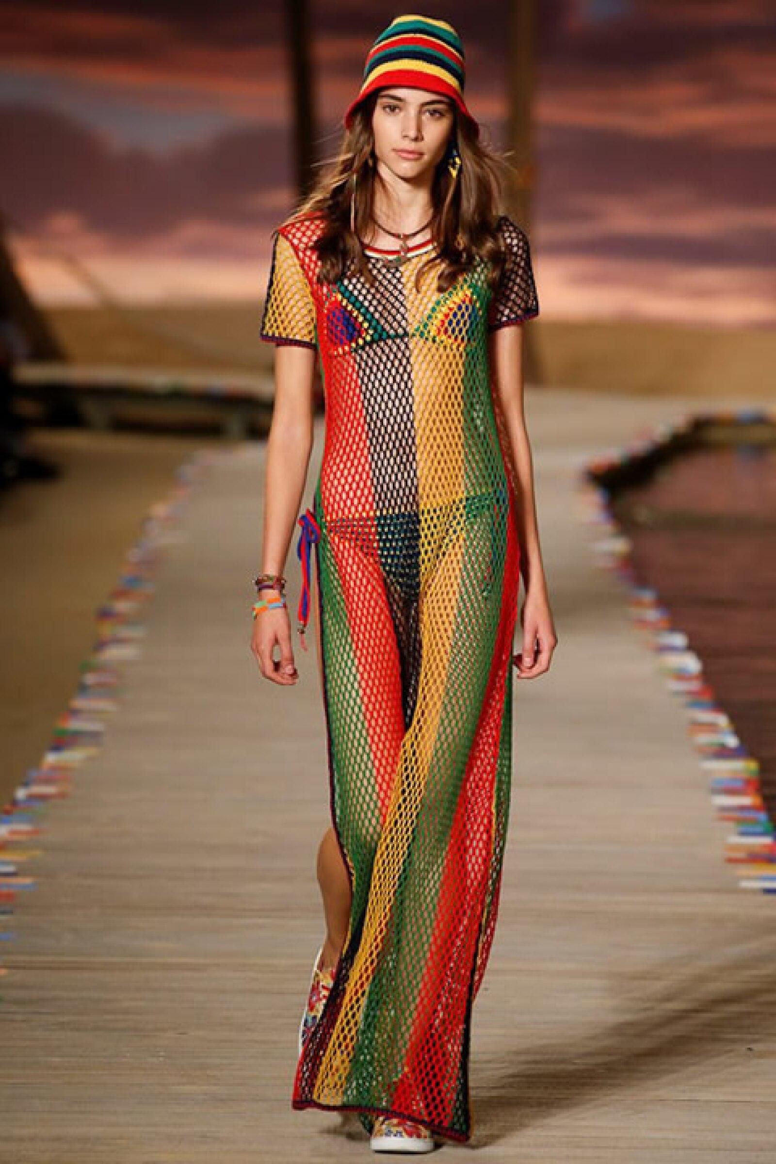 Maxi dress de red rayado, bikini de crochet y sneakers con estampado tropical.