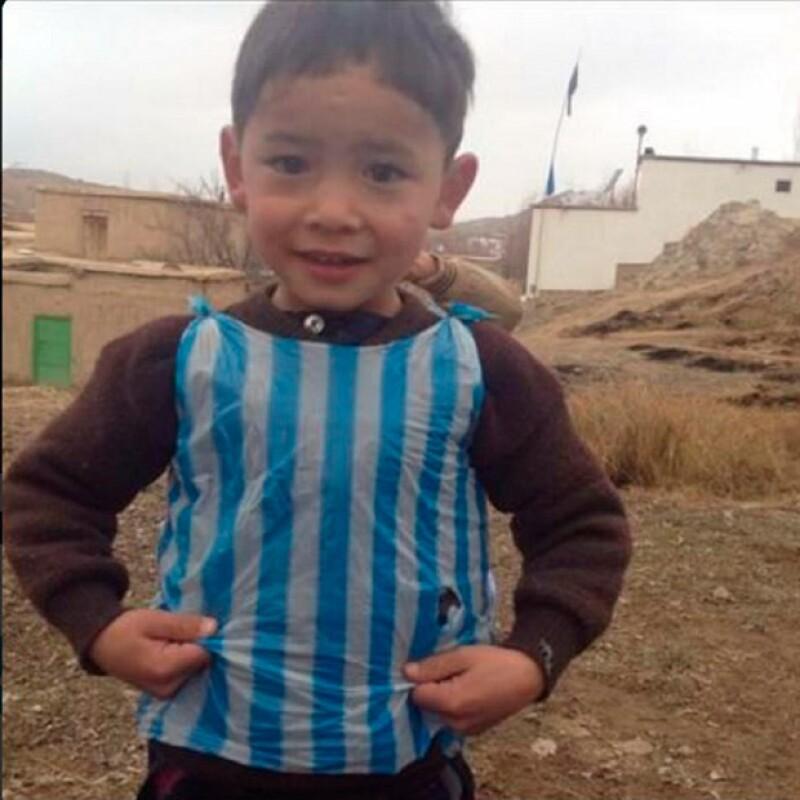 Sin embargo, una familia de Afganistán, aseguró que la versión de la cadena televisiva es mentira, e incluso mostraron la parte de adelante del niño con la bolsa de plástico.
