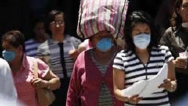 Algunas personas tratan de sacar ventaja de la epidemia, aumentando el precio de cubrebocas y otros artículos. (Foto: Reuters)