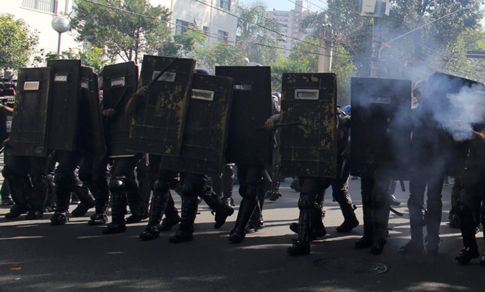 Un pequeño grupo de personas se manifestó contra el Mundial de fubol este jueves en el este de Sao Paulo.