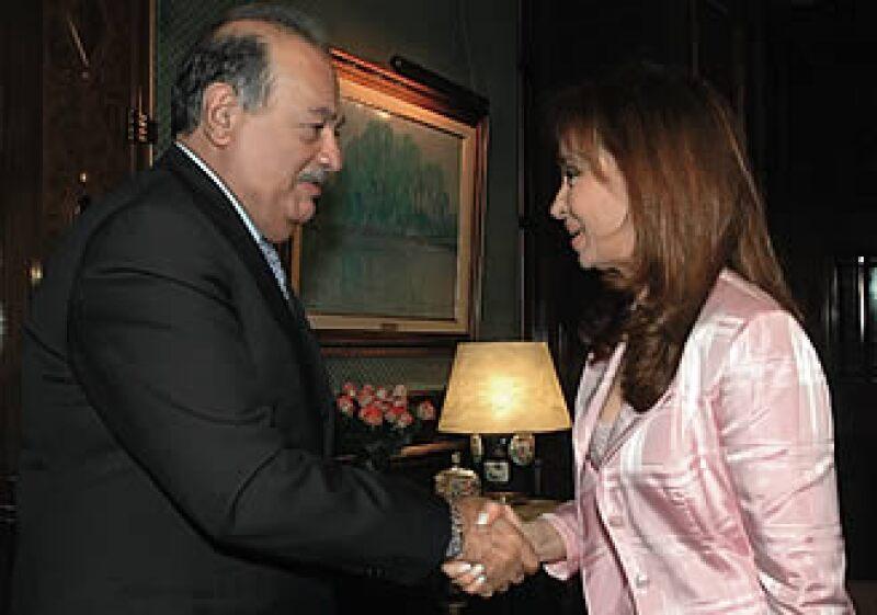 Apretón de negocios; Carlos Slim y la presidenta de Argentina, Cristina Fernández de Kirchner. El magnate espera estrechar sus lazos de negocios.  (Foto: Reuters)