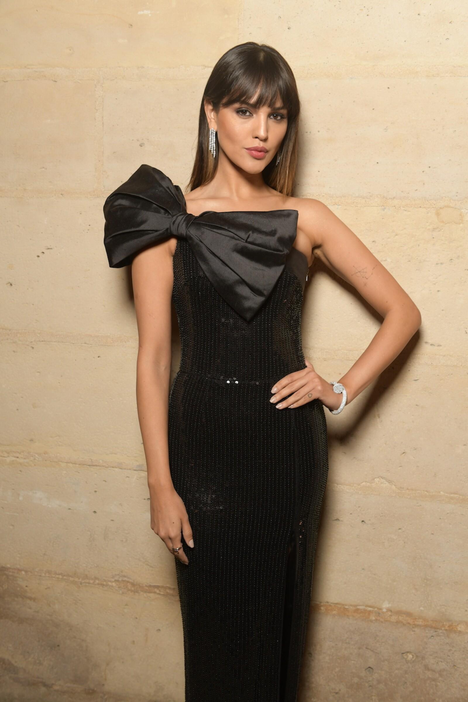 Eiza Gonzalez optó por un vestido strapless para disfrutar de la gala