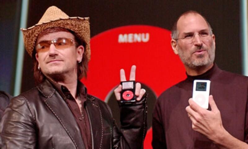 Bono, líder de la banda de rock U2, y Steve Jobs, el fallecido fundador de Apple, presentaron en octubre de 2004 el primer iPod U2 Special Edition. (Foto: AP)