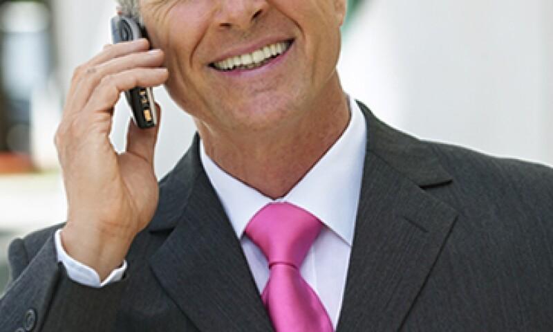 Combinar prendas y accesorios con tonos favorecedores permite a los ejecutivos reforzar su imagen en los negocios. (Foto: Gettyimages)