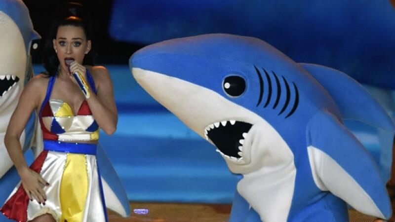 La botarga de tiburón que usó Katy Perry en el Super Bowl y que se convirtió en una sensación en internet y redes sociales