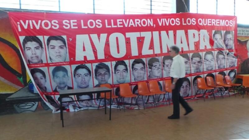 El delegado del Gobierno Federal alemán Cristoph Strasser, al realizar un un recorrido por la normal de Ayotzinapa