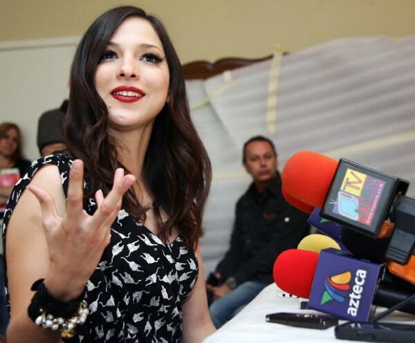 Durante un breve descanso de la grabación de su video, la intérprete respondió a las preguntas de los medios invitados.