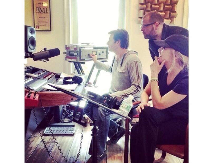 De forma inesperada, la cantante publicó imágenes donde se puede ver cómo trabaja en las canciones que formarán parte de su nueva producción.
