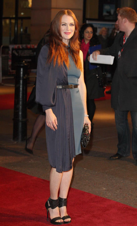 Julianne Moore- `En realidad Julianne usó ésto porque tiene metas. En 2013 se propuso usar 3 vestidos al mismo tiempo´.