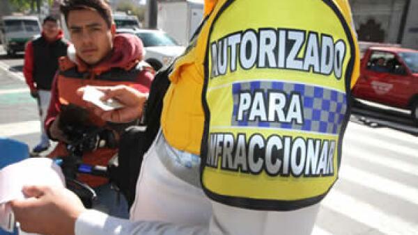 1,400 policías están autorizados para multar a los conductores infractores. (Foto: Notimex)