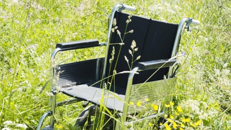 silla de ruedas en el campo