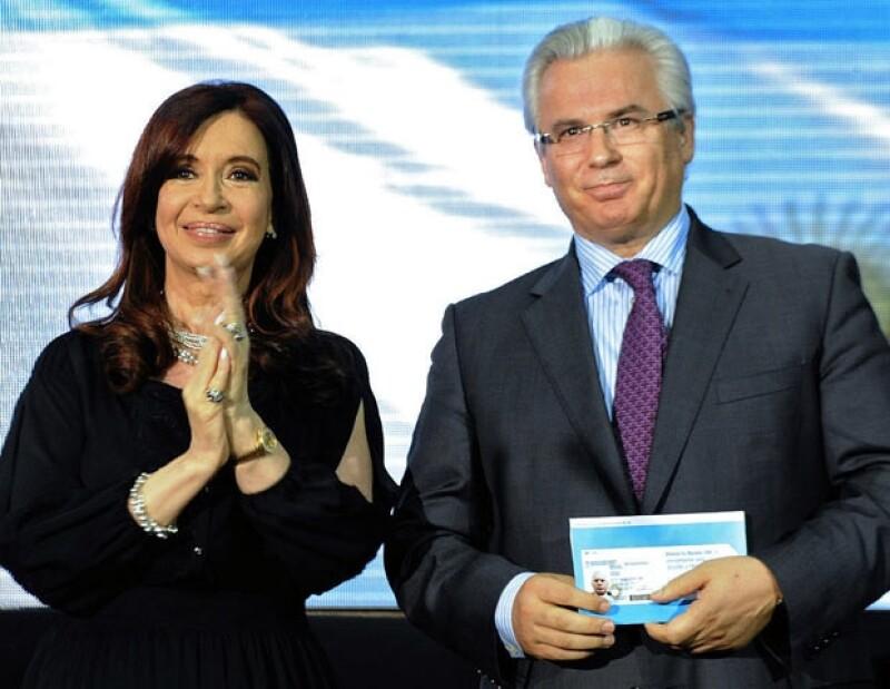 Consultor y confidente. La presidenta entrega a Garzón su carnet de identidad argentino.