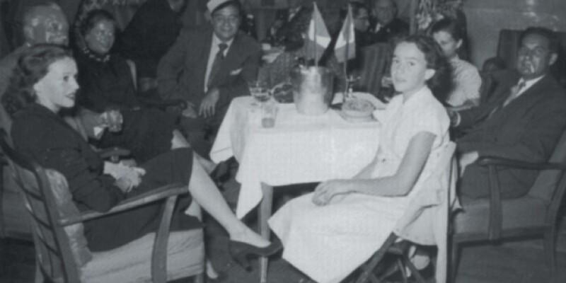 Helena en 1953, al centro de la foto entre sus padres.