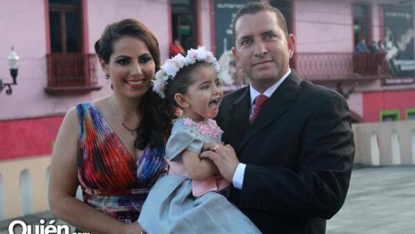 Faride Oliva de Velázquez y Juan Manuel Velázquez Yunes con su hija