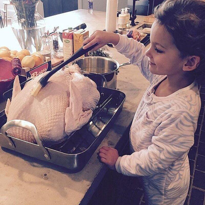 La hija de Lily Aldridge le ayuda a preparar el pavo.