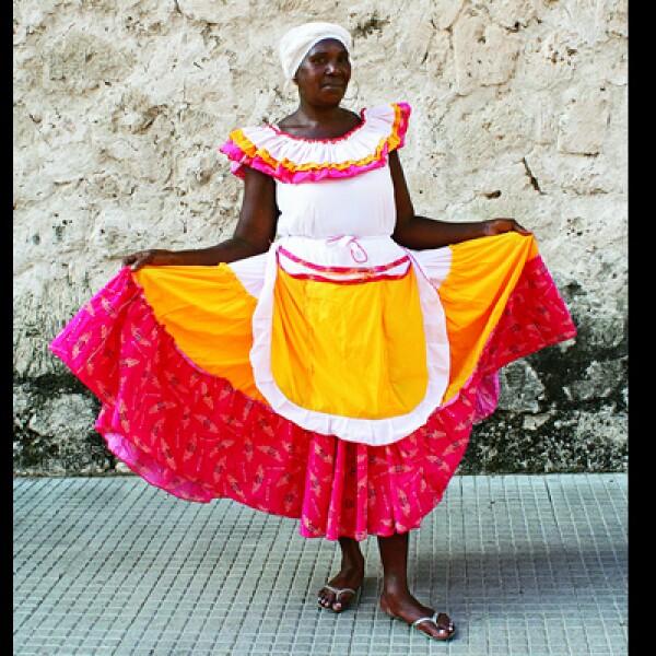 Algunas lugareñas usan vestidos típicos para bailar malapé, un baile originario de África.