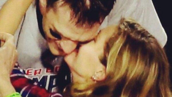 La supermodelo felicitó a su esposo por su victoria ante los Halcones de Seattle en Super Bowl XLIX.