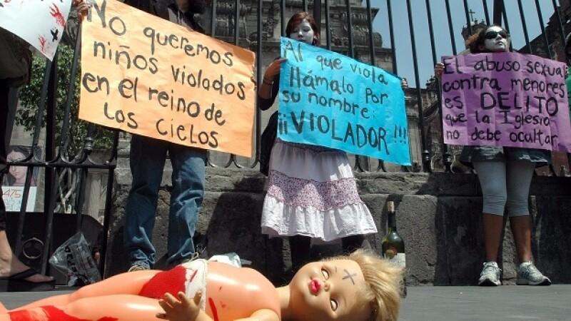 Un grupo de personas protesta contra los sacerdotes pederastas en la Ciudad de México