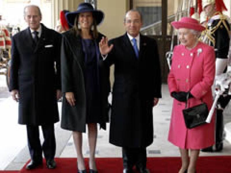 La reina Isabel y el príncipe Felipe dieron la bienvenida al mandatario mexicano y su esposa. (Foto: AP)