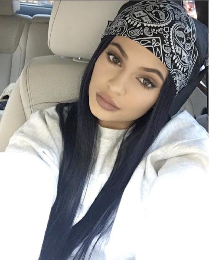 La joven empresaria sabe hacer uso divertido de su Snapchat y comparte un video en el que, literalmente, lleva sus polémicos labios a los ojos.