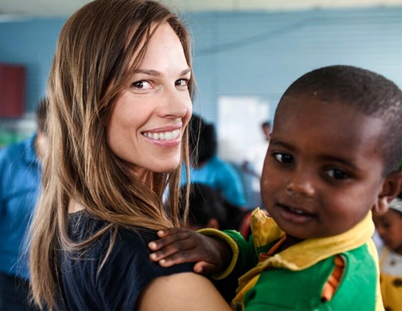 Hillary Swank durante su visita a las escuelas en Etiopía