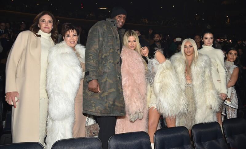 La modelo y su papá eligieron usar el mismo diseño de la presentación de la nueva colección de Kanye West en New York Fashion Week.