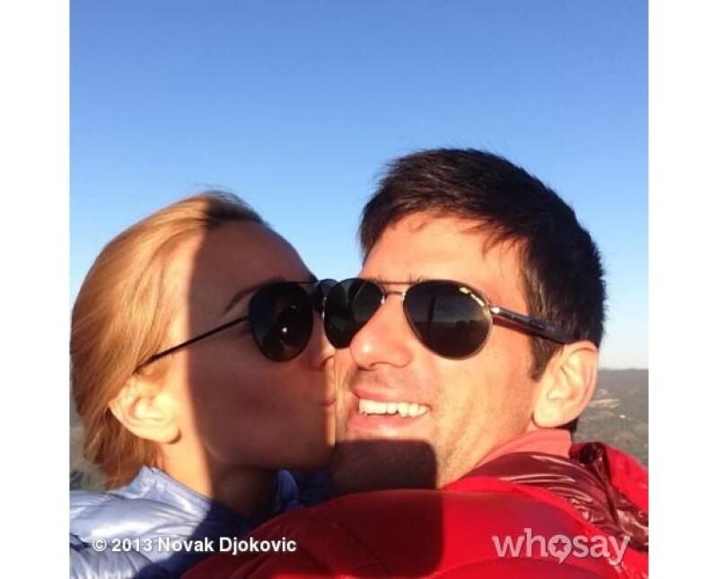 El jugador de tenis serbio Novak Djokovic anunció vía Twitter que él y su novia Jelena Ristic están comprometidos.
