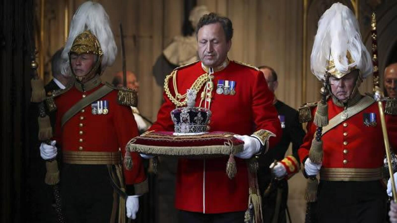 reina isabel ii corona imperial entrega parlamento