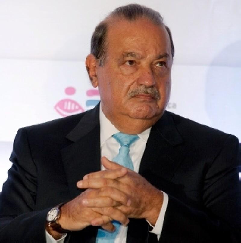 Una caída en las acciones de América Móvil desplazaron al empresario mexicano en la lista de la revista Forbes, pese a que lo habían colocado como el número uno en su ranking de este año.