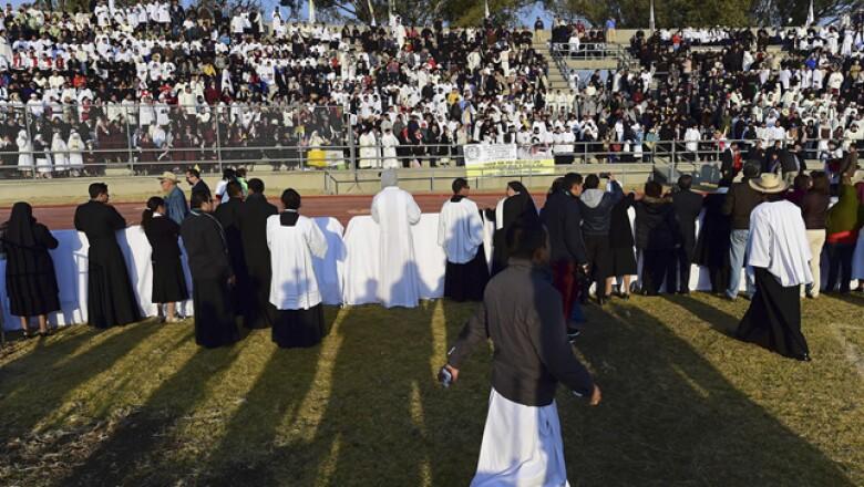 En el estadio Venustiano Carranza se reunieron cerca de 20,000 religiosos para la ceremonia religiosa.