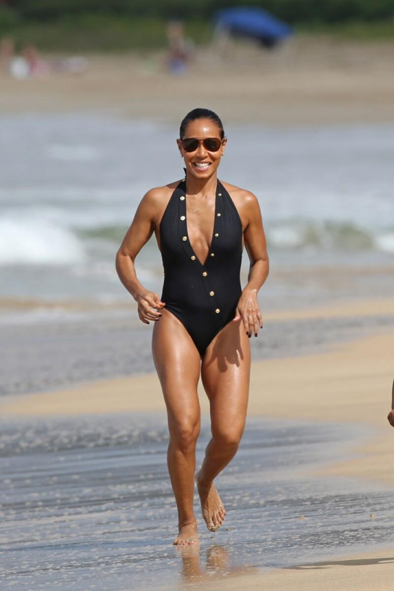 A sus 44 años, Jada Smith presumió cuerpazo en la playa.