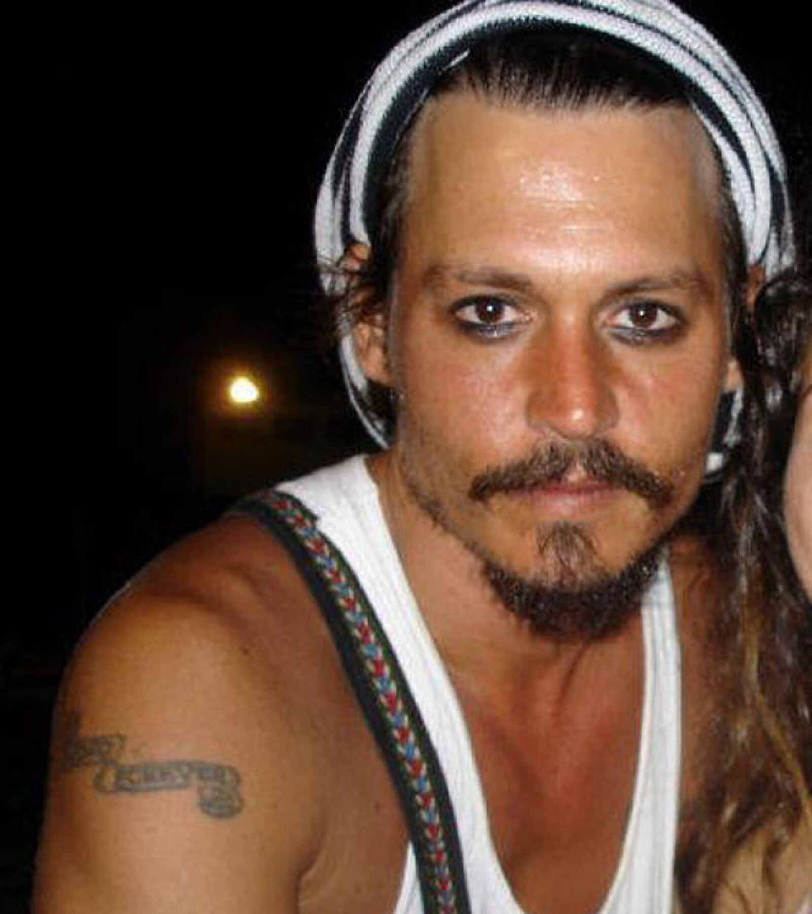 Johnny Depp no sólo usa maquillaje en el set de `Piratas del Caribe´.