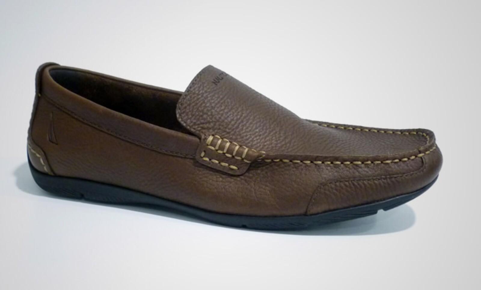 Estos zapatos estilo casual son ideales para combinar con camisa a cuadros. Disponibles en colores negro y café.