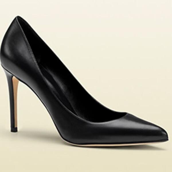 Los zapatos tipo Pump negros y de 8 a 10 centímetros de algo van con todo atuendo.