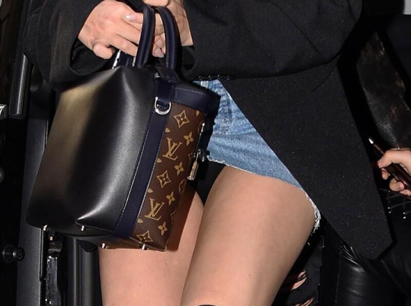 Oops! Por más que trató de taparse con su bolsa Louis Vuitton, no pudo evitar mostrar su ropa interior.