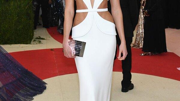 Después de manchar su outfit blanco, la top model decidió transformarlo y seguir con la temática &#39Manus X Machina&#39.