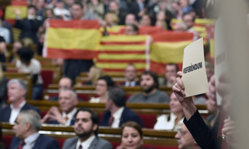 El Tribunal Constitucional suspendió temporalmente la moción independentista aprobada por los catalanes. (Foto: AFP )