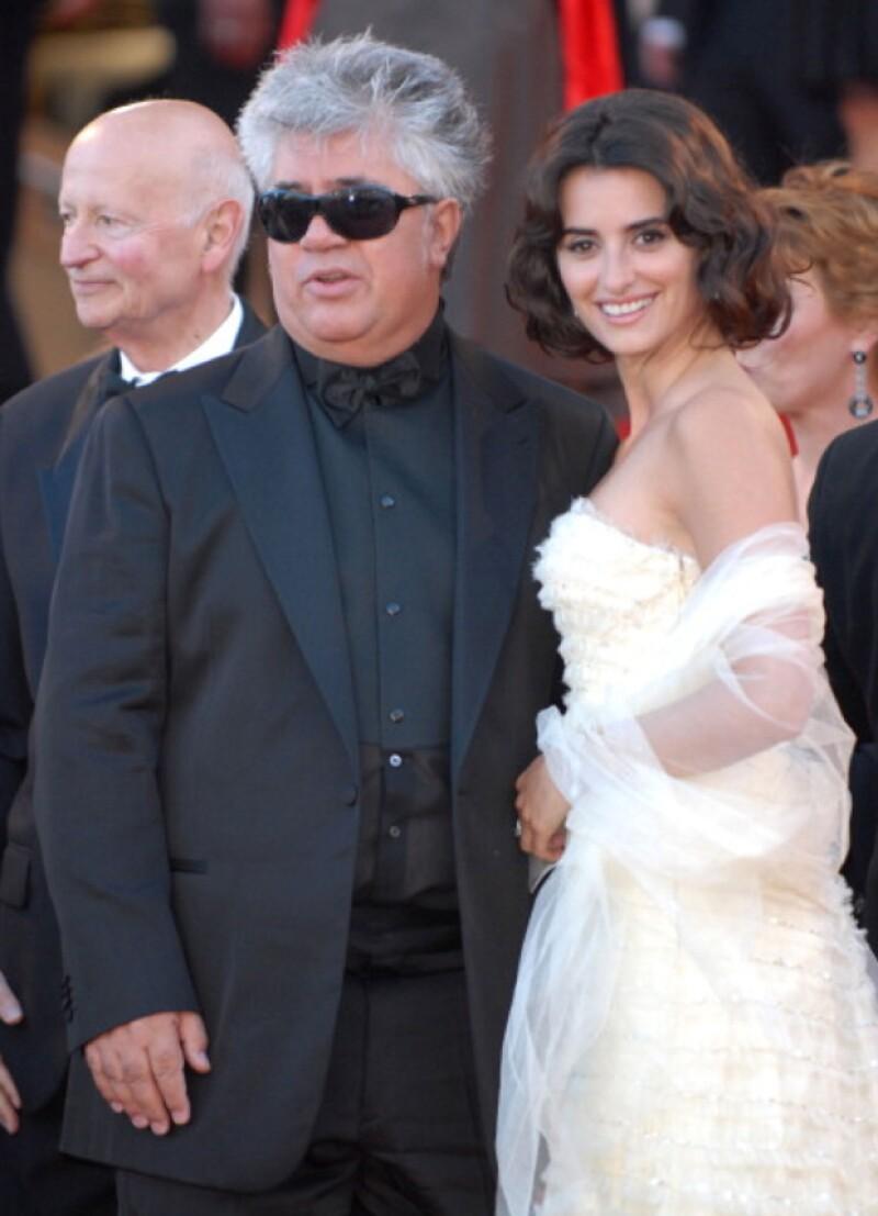 Penélope junto a Pedro Almodóvar en Cannes 2006. Ese año obtuvo su primera nominación al Oscar por su papel en `Volver´del director español.