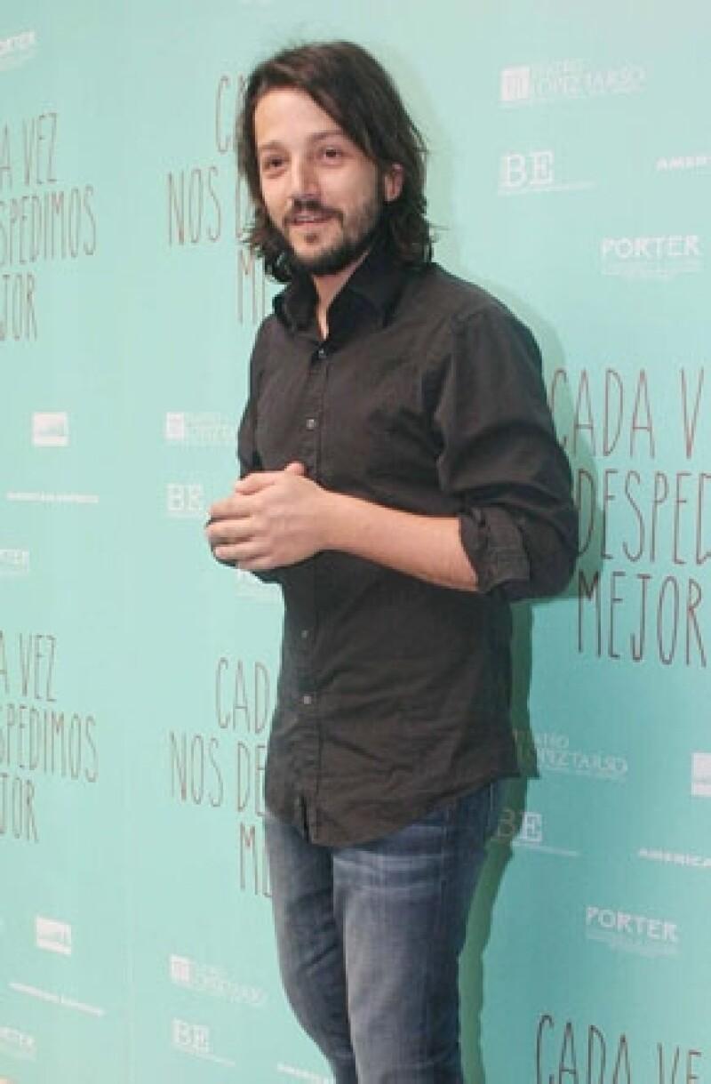 """Crece la indignación entre la comunidad de cineastas mexicanos por los 13 millones de pesos que ha recibido el director de cine para filmar una película; él asegura, """"se concentra en filmar""""."""
