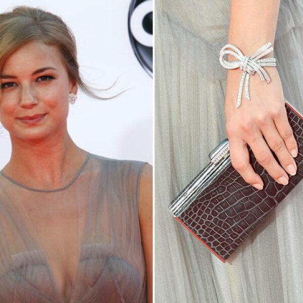 Emily Van Camp agregó un toque muy femenino con su brazalete en forma de lazo de  Van Cleef & Arpels.