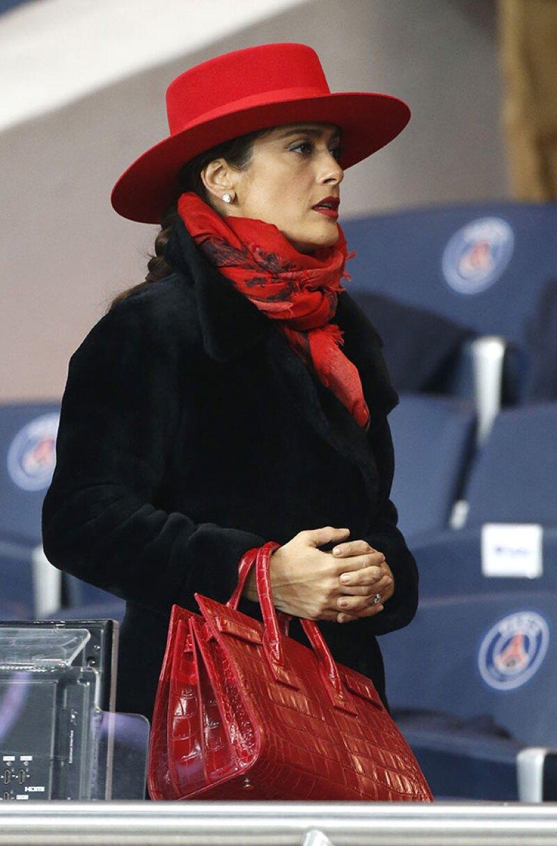 La actriz mexicana acompañó a su esposo a un partido de soccer en París, donde las selfies no pudieron faltar.