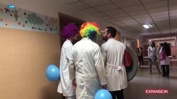 Seguidores de 'Patch' Adams tratan de animar a niños en hospitales de Venezuela