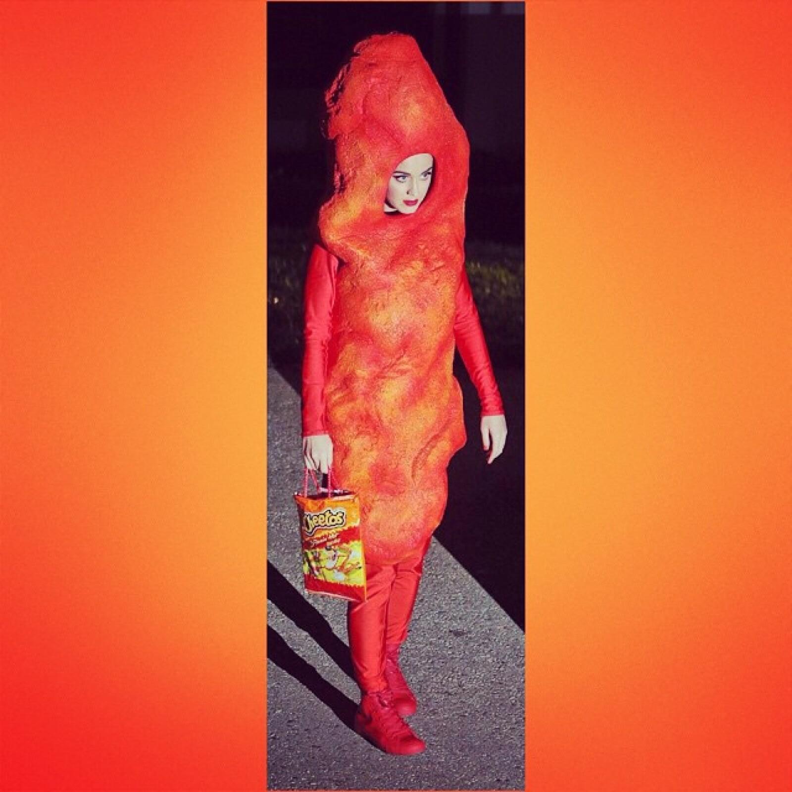 Sin duda uno de los disfraces más originales de este año se lo lleva Katy Perry pues eligió precisamente un cheeto. Incluso su bolso es una envoltura de cheetos.
