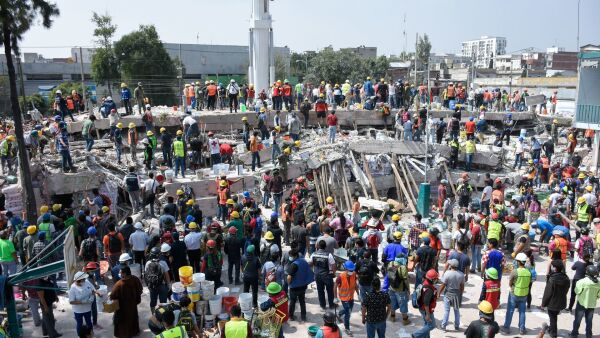 CIUDAD DE MÉXICO, 20SEPTIEMBRE2017.- Labores de rescate continuaron en el predio de Chimalpopoca y Bolivar en donde se ubicaba un taller de telas que colapsó luego de que se registrara un sismo  la tarde de ayer en la Ciudad de México. FOTO: RODOLFO ANGULO /CUARTOSCURO.COM